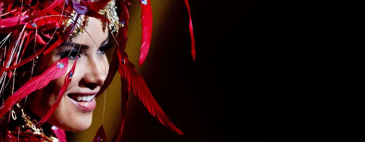No início desta sexta-feira (27), as 27 candidatas ao título de Miss Brasil 2013 participaram de um momento muito tradicional nos concursos de beleza: o desfile de trajes típicos. O evento aconteceu no Minas Centro, em Belo Horizonte, e contou com as torcidas de cada estado