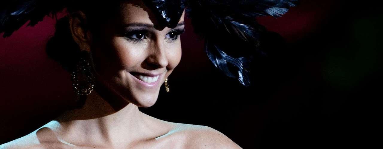 No início desta sexta-feira (27), as 27 candidatas ao título de Miss Brasil 2013 participaram de um momento muito tradicional nos concursos de beleza: o desfile de trajes típicos. O evento aconteceu no Minas Centro, em Belo Horizonte, e contou com as torcidas de cada estado. Na foto, a Miss Ceará