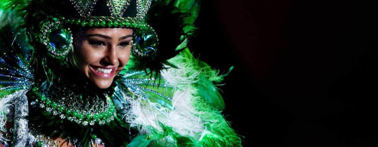 No início desta sexta-feira (27), as 27 candidatas ao título de Miss Brasil 2013 participaram de um momento muito tradicional nos concursos de beleza: o desfile de trajes típicos. O evento aconteceu no Minas Centro, em Belo Horizonte, e contou com as torcidas de cada estado. Na foto, a Miss Espírito Santo
