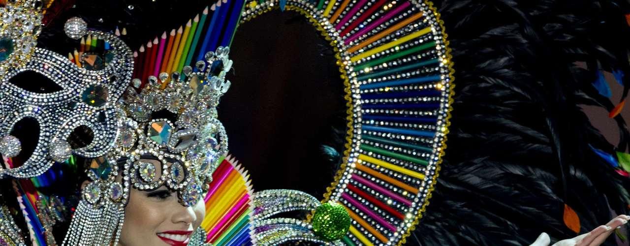 No início desta sexta-feira (27), as 27 candidatas ao título de Miss Brasil 2013 participaram de um momento muito tradicional nos concursos de beleza: o desfile de trajes típicos. O evento aconteceu no Minas Centro, em Belo Horizonte, e contou com as torcidas de cada estado.Na foto, a Miss Rio de Janeiro