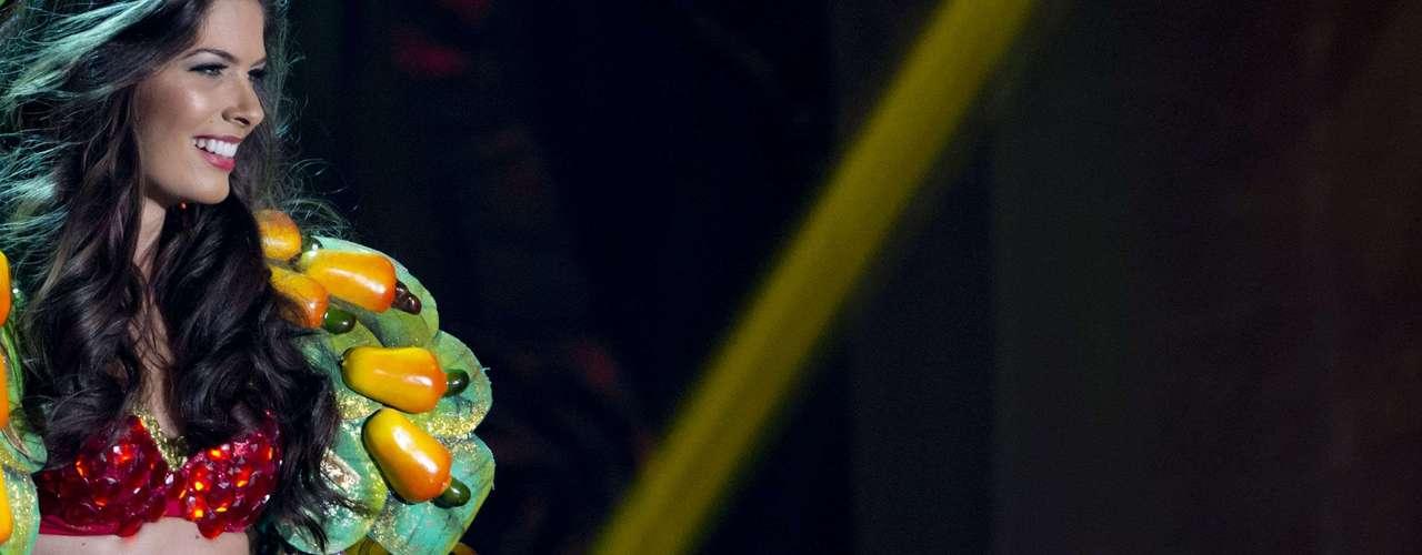 No início desta sexta-feira (27), as 27 candidatas ao título de Miss Brasil 2013 participaram de um momento muito tradicional nos concursos de beleza: o desfile de trajes típicos. O evento aconteceu no Minas Centro, em Belo Horizonte, e contou com as torcidas de cada estado.Na foto, Miss Rio Grande do Norte