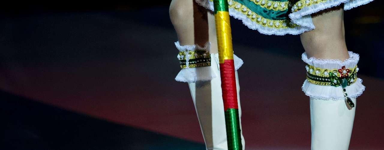No início desta sexta-feira (27), as 27 candidatas ao título de Miss Brasil 2013 participaram de um momento muito tradicional nos concursos de beleza: o desfile de trajes típicos. O evento aconteceu no Minas Centro, em Belo Horizonte, e contou com as torcidas de cada estado. Na foto, Miss Rio Grande do Sul