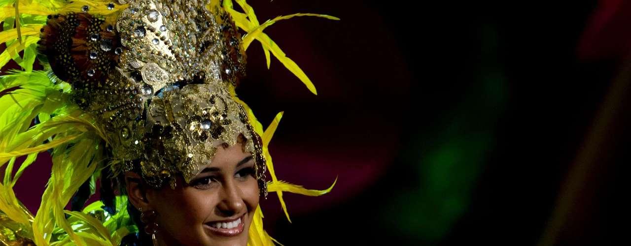 No início desta sexta-feira (27), as 27 candidatas ao título de Miss Brasil 2013 participaram de um momento muito tradicional nos concursos de beleza: o desfile de trajes típicos. O evento aconteceu no Minas Centro, em Belo Horizonte, e contou com as torcidas de cada estado.Na foto, Miss Sergipe