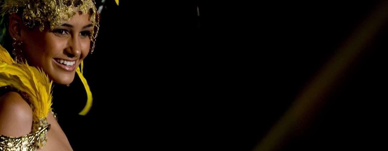 No início desta sexta-feira (27), as 27 candidatas ao título de Miss Brasil 2013 participaram de um momento muito tradicional nos concursos de beleza: o desfile de trajes típicos. O evento aconteceu no Minas Centro, em Belo Horizonte, e contou com as torcidas de cada estado. Na foto, Miss Sergipe