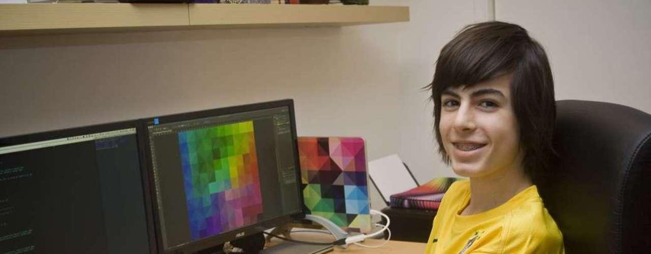 Daniel Singer, 13 anos, criou o aplicativo Backdoor, uma ferramenta de bate-papo que permite enviar mensagens anônimas para os contatos do Facebook e do Google+. Antes mesmo do lançamento, Daniel negou uma proposta de compra de uma empresa chinesa e já se reuniu duas vezes com executivos do Google no Vale do Silício