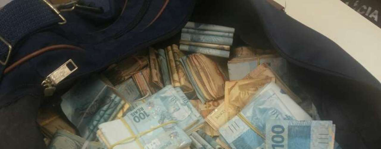 Polícia apreendeu dinheiro durante a Operação Parasitas na manhã desta quinta-feira no Rio de Janeiro