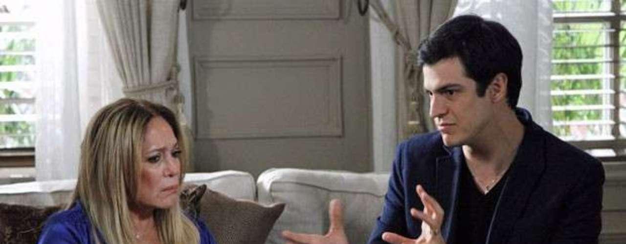 Félix coloca Pilar contra Paloma. Ele faz a mãe acreditar que a filha está ajudando o pai a gastar o dinheiro deles antes da partilha ser concluída