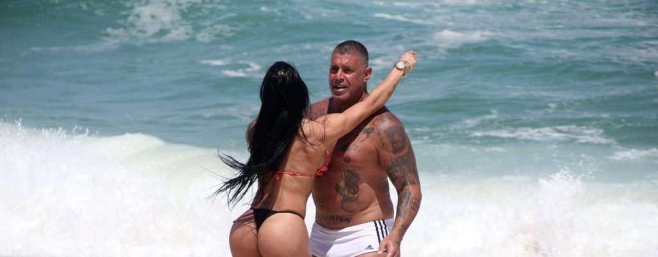 Outubro 2013-Alexandre Frota aproveitou a manhã desta quarta-feira (9) ao lado da mulher Fabiana, e do enteado Enzo, na praia da Barra da Tijuca