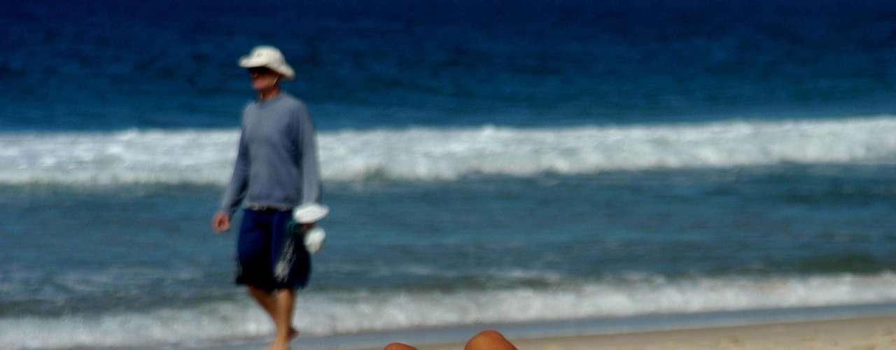 10 de outubro - Garota se bronzeia nas areias da praia de Ipanema, no Rio