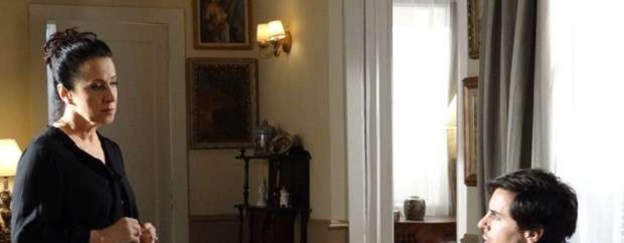 Lídia vai devolver a Thales o computador que Leila jogou pela janela, onde está o arquivo do romance que o escritor estava fazendo sobre Nicole