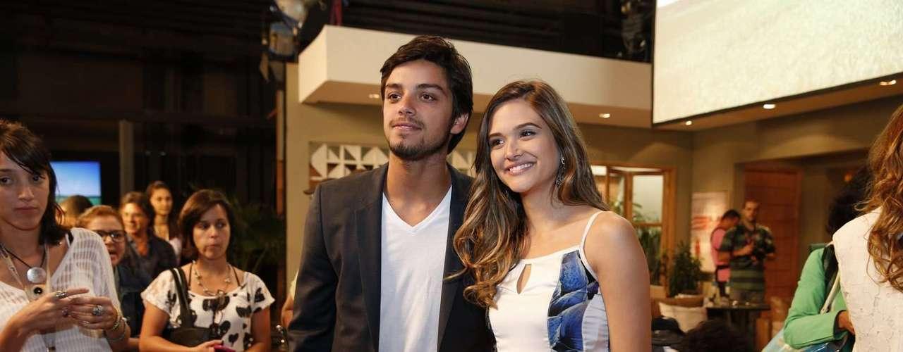 O elenco de 'Além do Horizonte' participou da coletiva de imprensa da nova novela das sete, da Globo, nesta terça-feira (15). Na foto, Rodrigo Simas e Juliana Paiva