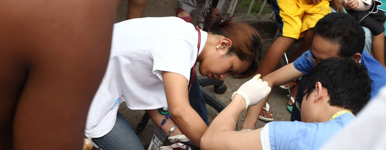 Com o Hospital Vicente Sotto danificado, equipe atende mulher ferida em frente ao prédio