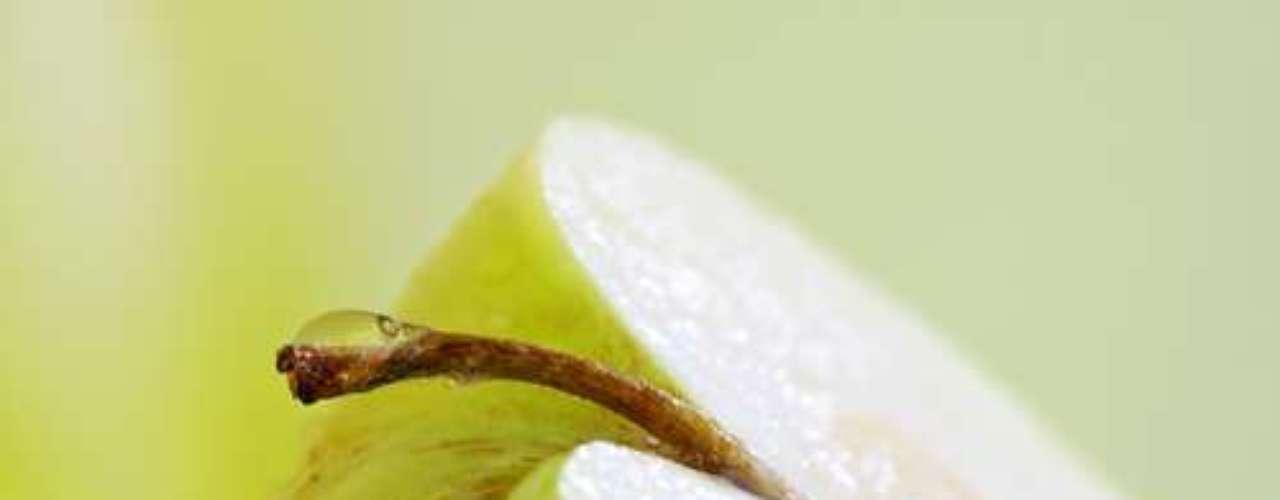 A maçã também é uma boa opção. Fácil de encontrar, ajuda na limpeza dos dentes, pois age como adstringente e tem poucas calorias, assim como a melancia que tem pouca fibra e bastante água, o que, em uma emergência, ajuda a limpar os dentes. Com o melão acontece o mesmo.