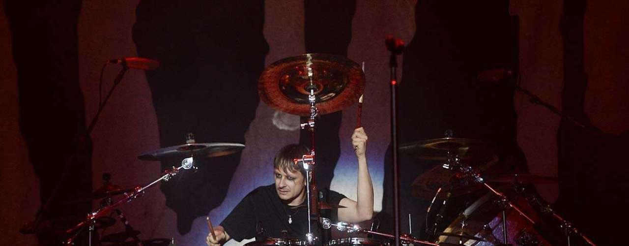Liderado pelo vocalista Johnatan Davis, o Korn teve a difícil responsabilidade de superar a apresentação anterior do Limp Bizkit. Para isso, apostou na força de seus clássicos para não deixar seu show passar em branco, no Monsters of Rock, em São Paulo. Entretanto, quando apostou em canções mais recentes, perdeu a atenção de parte do público