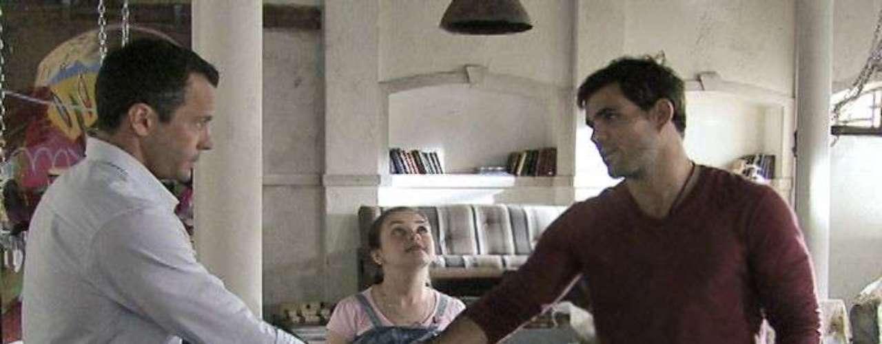 Bruno (Malvino Salvador) ainda não se acostumou com a amizade de Paulinha (Klara Castanho) e Ninho (Juliano Cazarré), mas pretende se esforçar para agradar à filha. Depois de combinar com a menina que ele a levará aos encontros com seu pai biológico, chega o momento de o corretor cumprir o prometido.Os dois vão até o ateliê de Ninho e Bruno resolve entrar para se certificar de que tudo está bem. Assustado com o ambiente, ele pergunta se não há ratos no local, mas o pintor explica que tudo parece bagunçado por causa das obras espalhadas. Espero que tudo corra bem, diz o marido de Paloma (Paolla Oliveira), ainda receoso