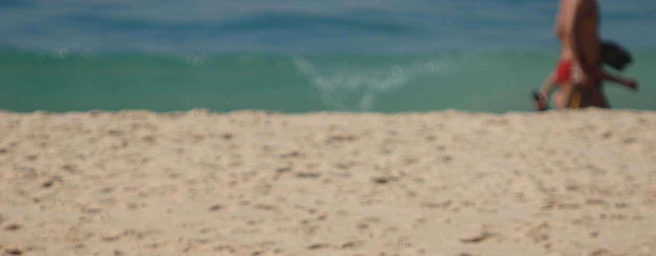 21 de outubro - Frequentadores da praia de Ipanema, no Rio de Janeiro, aproveitam segunda-feira ensolarada