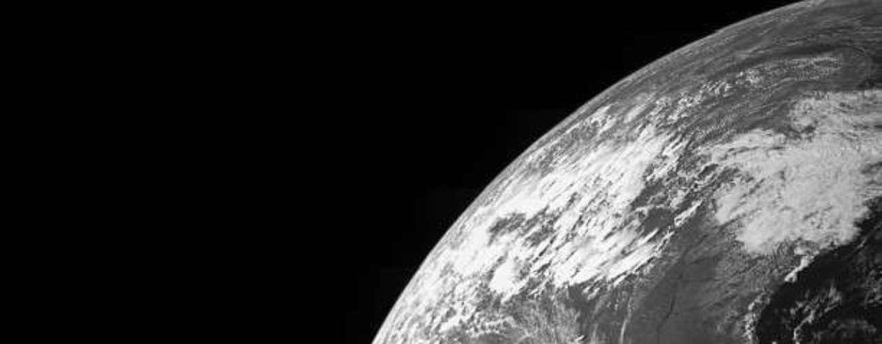 20 de outubro - A sonda espacial Juno registrou esta imagem em preto e branco da Terra ao utilizar a gravidade do planeta para impulsionar seu voo até Júpiter, em 9 de outubro. Lançada em 2011, a sonda foi inicialmente carregada por um foguete que só continha combustível para levá-la até o cinturão de asteroides, e a partir dali a gravidade do Sol puxou Juno de volta para o Sistema Solar interior. Ao voltar para os arredores da Terra, a sonda - em um projeto calculado - teve sua velocidade aumentada para conseguir chegar até seu destino. A data prevista para atingiro maior planeta do Sistema Solar é 4 de julho de 2016