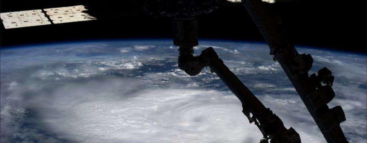 O furacão Raymond foi registrado do espaço perto do litoral do Oceano Pacífico mexicano pela astronauta americana Karen Nyberg. O ciclone, o oitavo da temporada 2013, chegou a atingir ventos de 195 km/h e rajadas de 240 km/h durante sua passagem pelo país. Ofuracão Raymond - quechegouà categoria 3, das 5 da escala Saffir-Simpson -deve causar ainda mais fortes chuvas na região