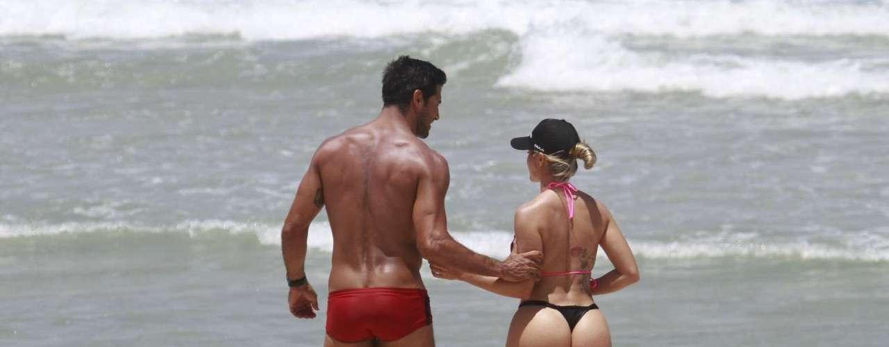 Setembro 2013-O clima de romance entre Aryane Steinkopf e Beto Malfacini não tem fim. Nesta quinta-feira (24), o casal foi clicado na praia de Grumari, no Rio de Janeiro, enquanto trocava carinhos durante um passeio. Depois de andar de bicicleta, os dois pararam para relaxar na areia e dar um mergulho no mar