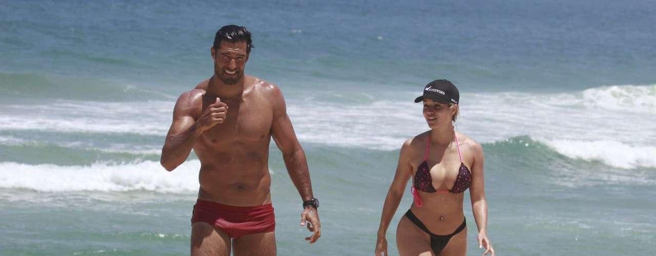 Outubro 2013-O clima de romance entre Aryane Steinkopf e Beto Malfacini não tem fim. Nesta quinta-feira (24), o casal foi clicado na praia de Grumari, no Rio de Janeiro, enquanto trocava carinhos durante um passeio. Depois de andar de bicicleta, os dois pararam para relaxar na areia e dar um mergulho no mar