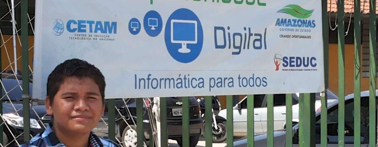 Manaus - O cobrador de ônibus Adriano perdeu a prova no primeiro dia, mas hoje chegou cedo para 'testar conhecimentos'.-