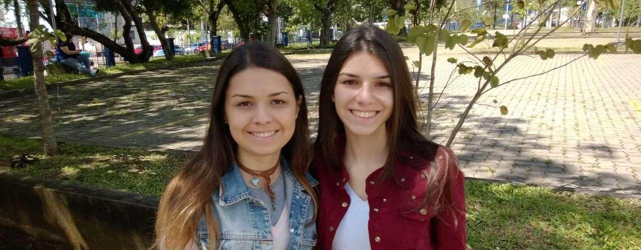 Porto Alegre -Amanda Lampert e sua irmã, Fernanda Lampert, 16 anos, aguardam a abertura dos portões