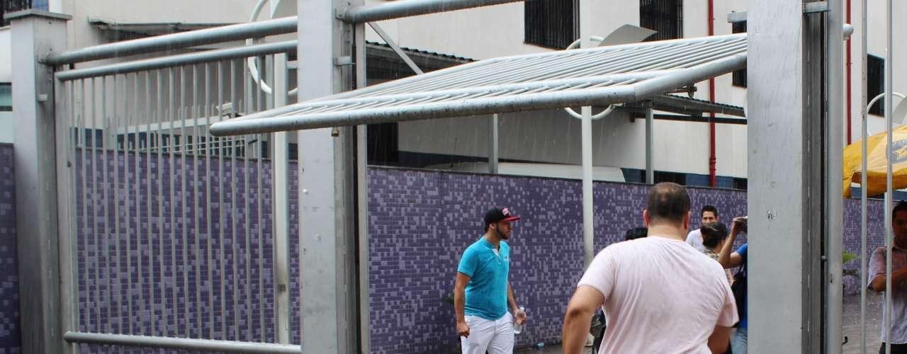 São Paulo - Em frente ao Campus Vergueiro da Uninove, no bairro da Liberdade, os minutos que antecederam o fechamento dos portões forammarcados por muita correria