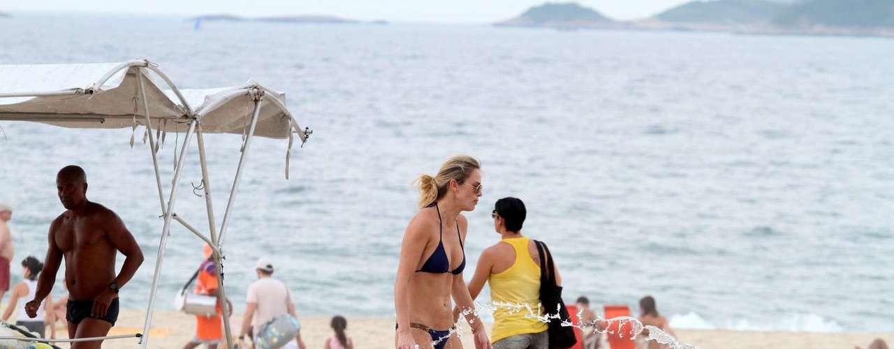 Outubro 2013-Letícia Birkheuer aproveitou a tarde de sol no Rio de Janeiro, neste domingo (27), para se divertir na praia de Ipanema com o filho João Guilherme