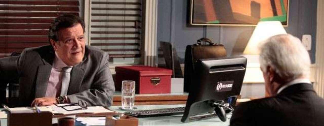 Depois de se recusar a ajudar Atílio (Luis Melo) quando o administrador saiu da prisão, César (Antonio Fagundes) está recebendo o troco. O médico procura o ex-colegapara pedir que ele pare de investigar seus gastos na época em que era presidente do hospital. César, no entanto, resolve subornar o administrador e oferece dinheiro em troca do silêncio do novo aliado de Félix (Mateus Solano). Atílio não cai na jogada e dá um enfático não como resposta