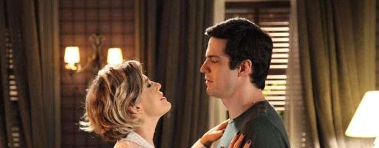 Félix e Edith retomam o casamento. O vilão cria um clima romântico e eles vivem uma noite de amor.