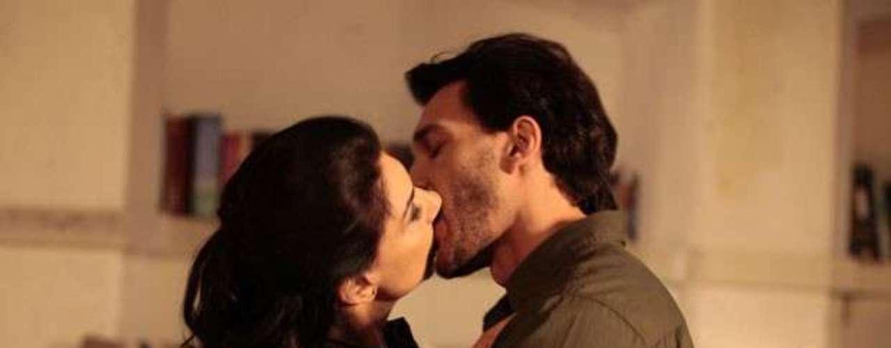Na noite em que Herbert (José Wilker) passa transtornado pelo bar de Vivian e acaba deixando seu uísque no copo, ela quase cai em tentação. Fragilizada, ela liga para Valentin, que vai correndo ao seu encontro e a leva para o galpão. Nesse clima de encantamento, os dois acabam se beijando