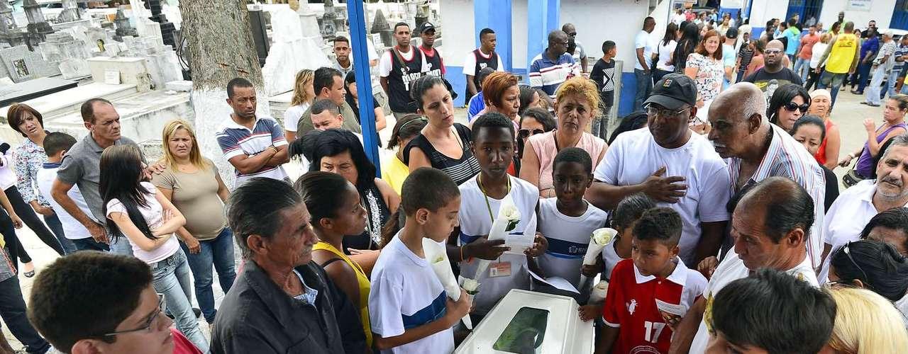 1º de novembro -Colegas, amigos e familiares se despedem na manhã desta segunda-feira de Kayo da Silva Costa, oito anos, morto no tiroteio no Fórum de Bangu