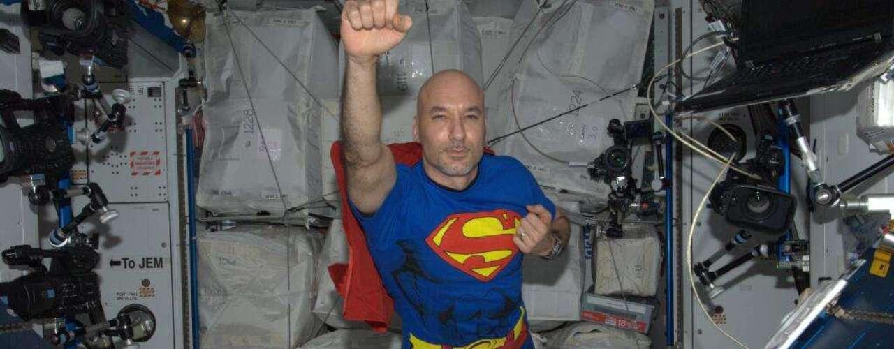 1 de novembro - O astronauta italiano Luca Parmitano escolheu se fantasiar de Super-Homem para comemorar o Halloween no espaço. E, além das roupas, ele pôde imitar o super-herói dos quadrinhos de outra maneira: voando.  \
