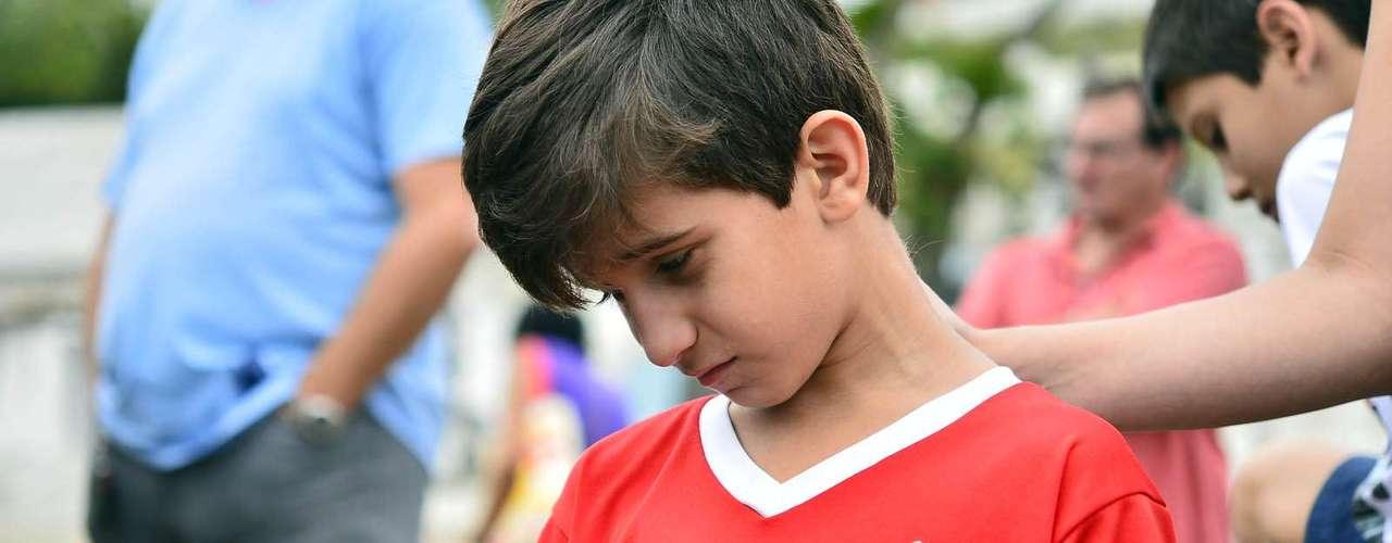 1º de novembro -Garoto leva rosa branca ao enterro do garoto Kayo da Silva Costa