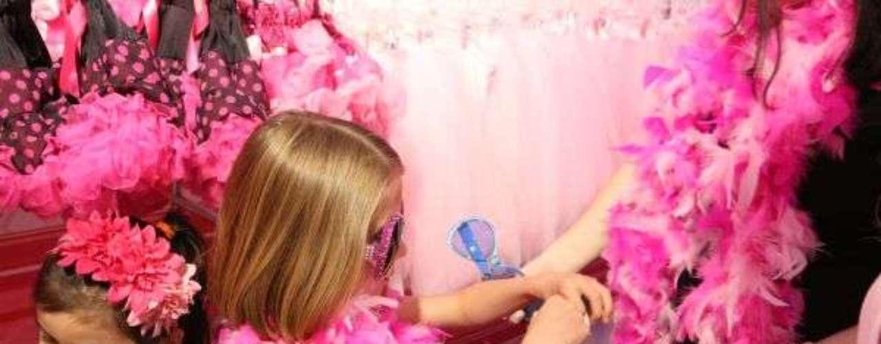 O rosto da Barbie estampa diversos brinquedos e produtos infantis. De sapatos a mochilas, e tudo o mais que pode ser encontrado no tom rosa - a cor assinatura da Barbie é o Pink 219 da paleta de cores PMS