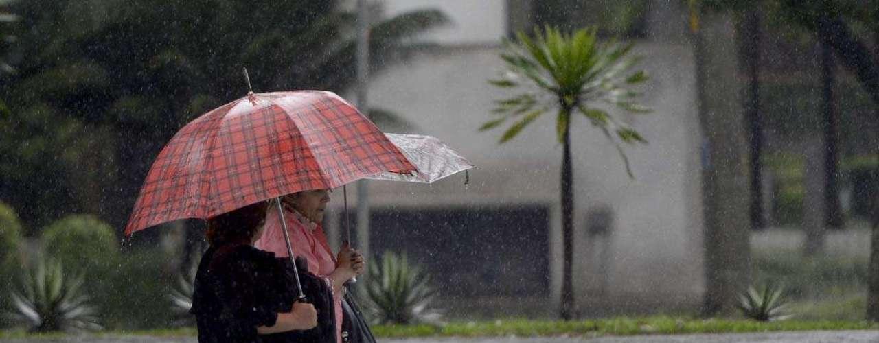 4 de novembro -Pedestres caminham com guarda-chuva para se proteger da chuva em São Paulo