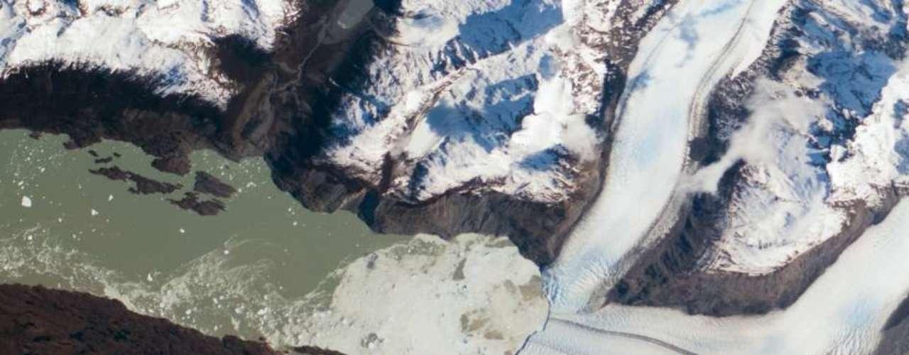 Fotografia divulgada pela Agência Espacial Americana (Nasa, na sigla em inglês) mostra o registro feito pela equipe da Estação Espacial Internacional do Glaciar Upsala, no lado argentino dos campos de gelo da Patagônia. Na imagem, a superfície do Lago Argentino fica esbranquiçada por causa da camada de gelo que se rompeu. Icebergs maiores se formam e aparecem como pontos brancos sobre o lago, à esquerda. Segundo a Nasa, a região apresenta sinais do aquecimento, já que os campos de gelo passaram por significativo encolhimento nas últimas décadas