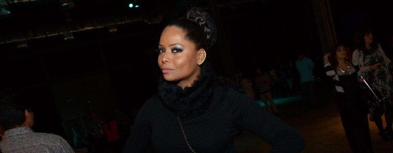 A dançarina e atriz Adriana Bombom prestigiou o primeiro dia do Fashion Rio com look todo preto