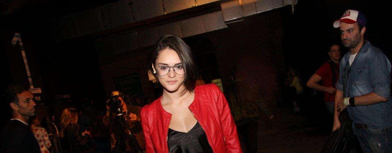 A atriz Isabelle Drummond, que desfila para a Coca Cola Jeans, nesta quinta-feira (7), chegou ao Fashion Rio assessorada para não se molhar com a chuva