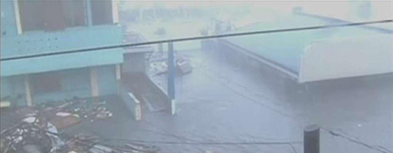 8 de novembro -Lixo arrastado pela água e pelo vento ajuda a inundar a cidade de Tacloban