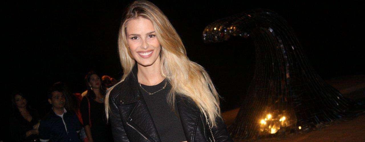 Yasmin Brunet usa shortinho e barriga de fora para prestigiar Fashion Rio. O top, que a modelo pegou emprestado de sua mãe, mostrou sua cinturinha fina, parecida até com a de uma boneca Barbie