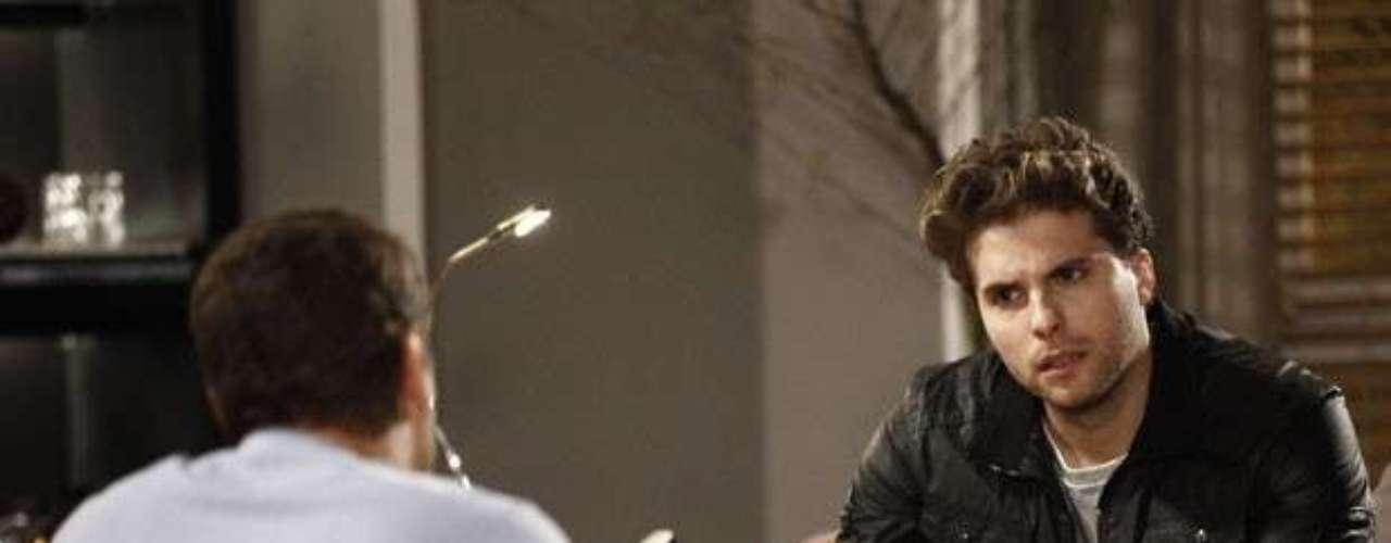 Niko se irrita com Eron, quando o advogado pede dinheiro emprestado para pagar o tratamento de Amarilys. \