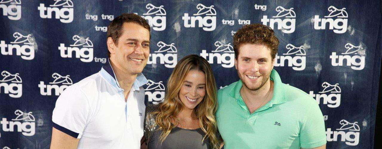 Triângulo amoroso em 'Amor à Vida', Marcello Antony, Danielle Winits e Thiago Fragoso posam para fotos no Fashion Rio. Thiago contou que gosta de desfilar e disse que ia \