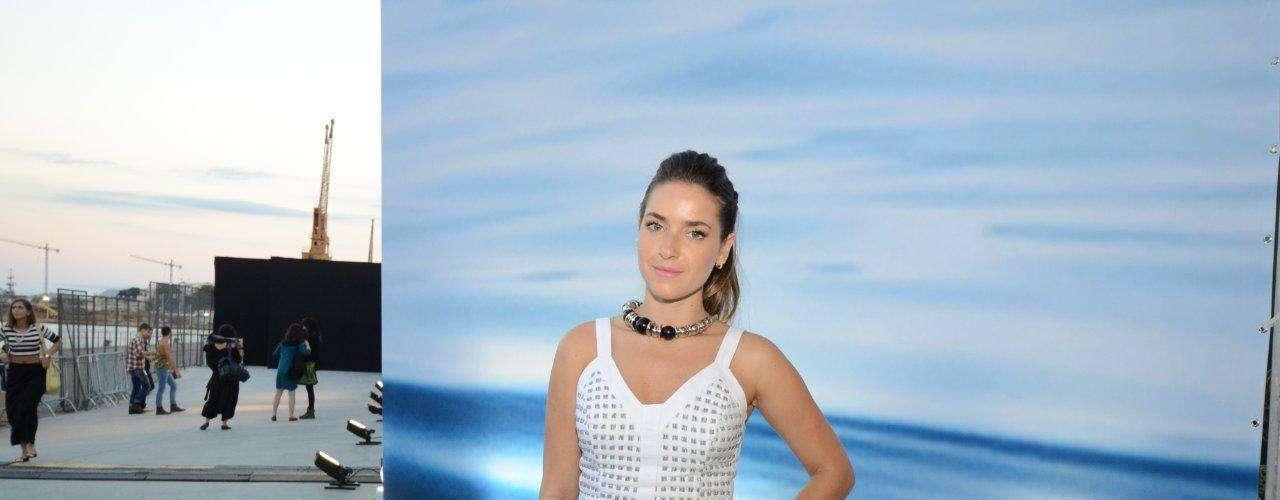 A atriz Monique Alfradique compareceu ao último dia do Fashion Rio vestindo top cropped branco e saia da mesma cor