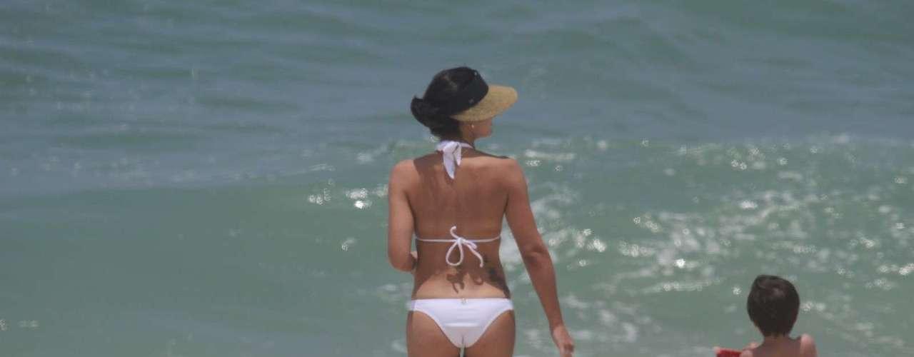 Novembro 2013 -Juliana Knust curtiu a praia com o marido e o filho, no Rio de Janeiro