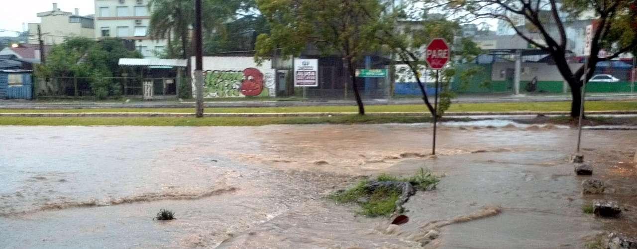 11 de novembro - Chuva provocou alagamento na esquina da avenida Erico Verissimo com a rua Saldanha Marinho, no bairro Menino Deus, em Porto Alegre (RS)