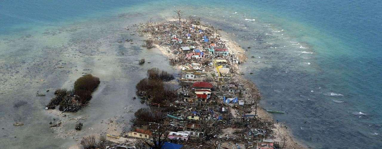 11 de novembro -Vista aérea de uma cidade devastada na província de Samar
