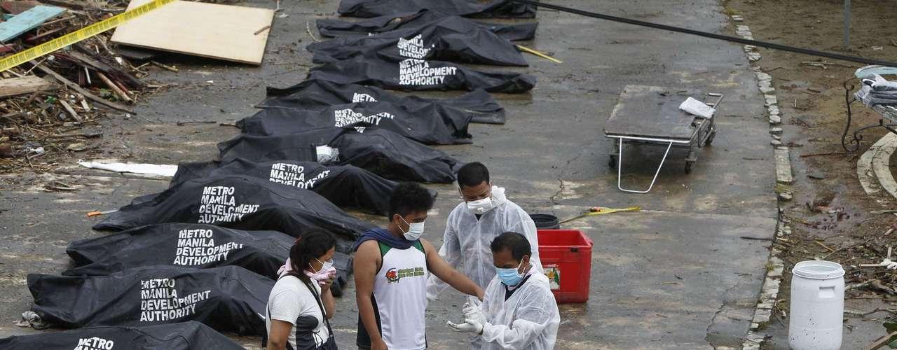 12 de novembro -ONU estima em mais de 10 mil os mortos pelo supertufão