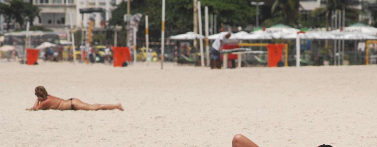 13 de novembro - Um dia após recorde de calor e temporal, cariocas aproveitaram sol na praia de Copacabana