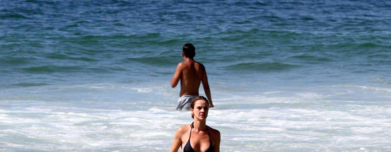 Novembro 2013 -Letícia Birkheuer esteve na praia de Ipanema, no Rio de Janeiro, nesta sexta-feira (15) curtindo o sol ao lado de seu filho, João Guilherme
